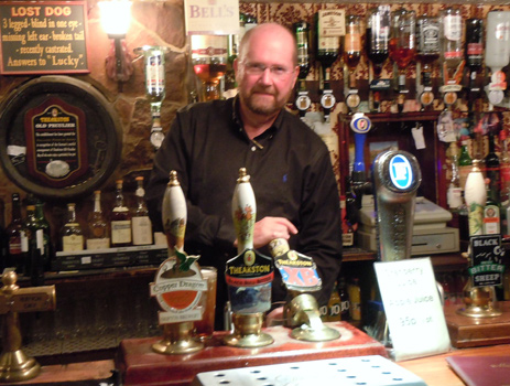 Bar et serveur du Lion Inn