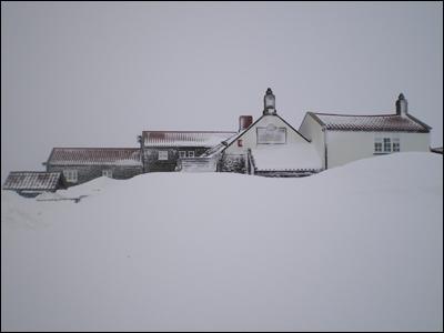 Le pub anglais Lion Inn sous la neige