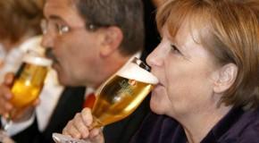 Angela Merkel aspergée de bière par un serveur maladroit…